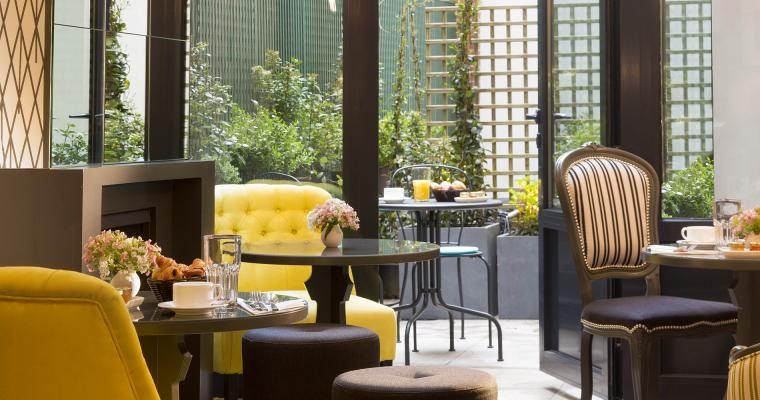 Pleasant moments on the Hotel Les Plumes patio