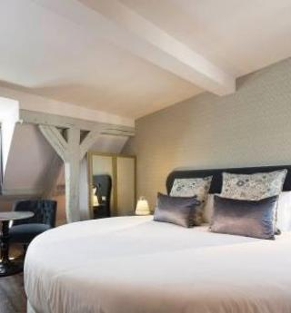 Enjoy a romantic stay in the suite in Les Plumes Hotel